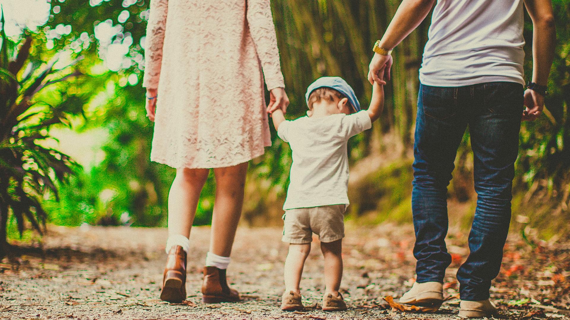 familia segura caminando
