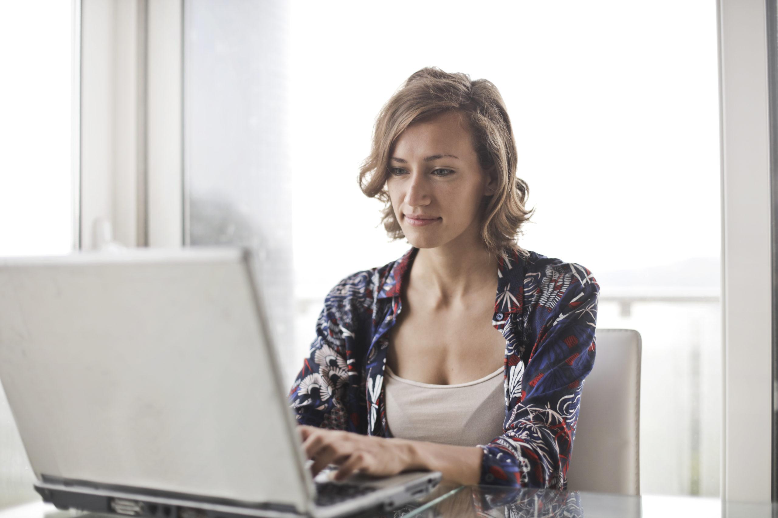 mujer ordenador seguros obligatorios