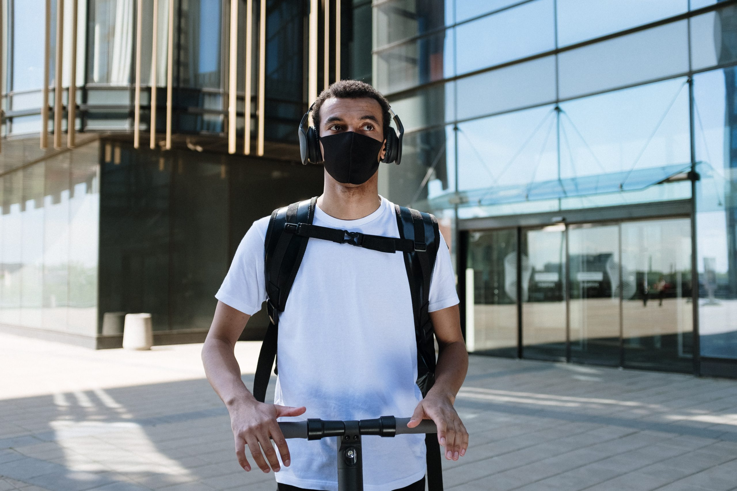 hombre en patinete eléctrico con auriculares
