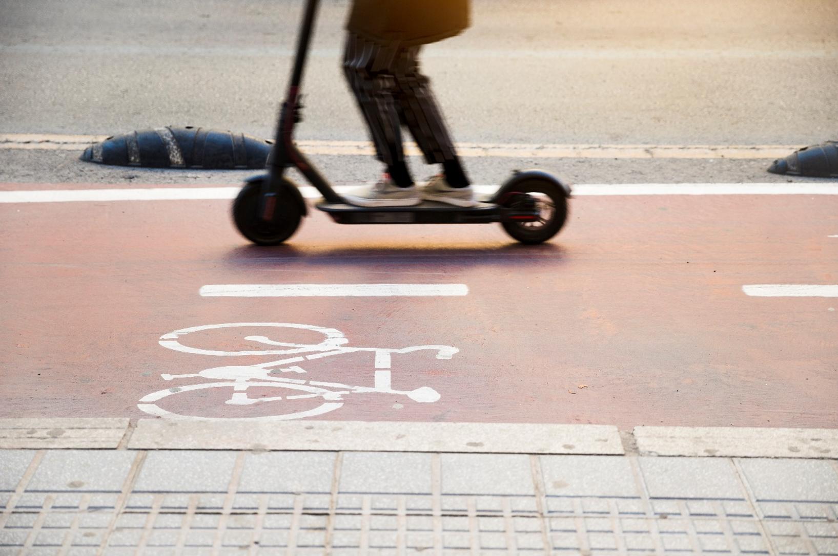 patinetes eléctricos por la vía carril