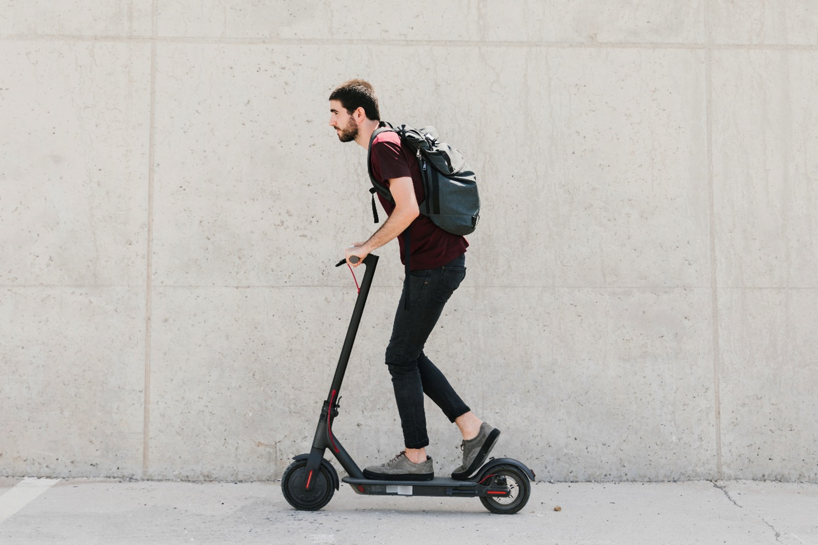 hombre montado en patinete eléctrico normativa